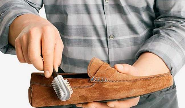 Очищаем замшевую обувь